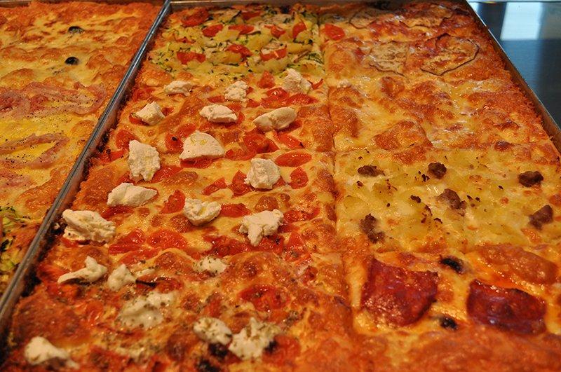 dei tranci di pizza di diversi gusti