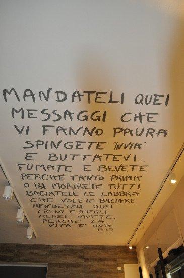 una scritta su un muro