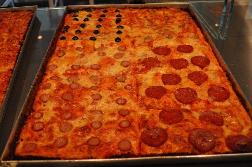 una teglia con dei tranci di pizza