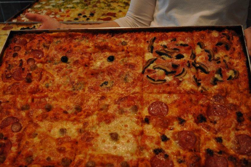una teglia di tranci di pizza