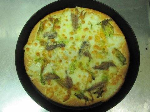 Pizza with zucchini flowers and anchovies
