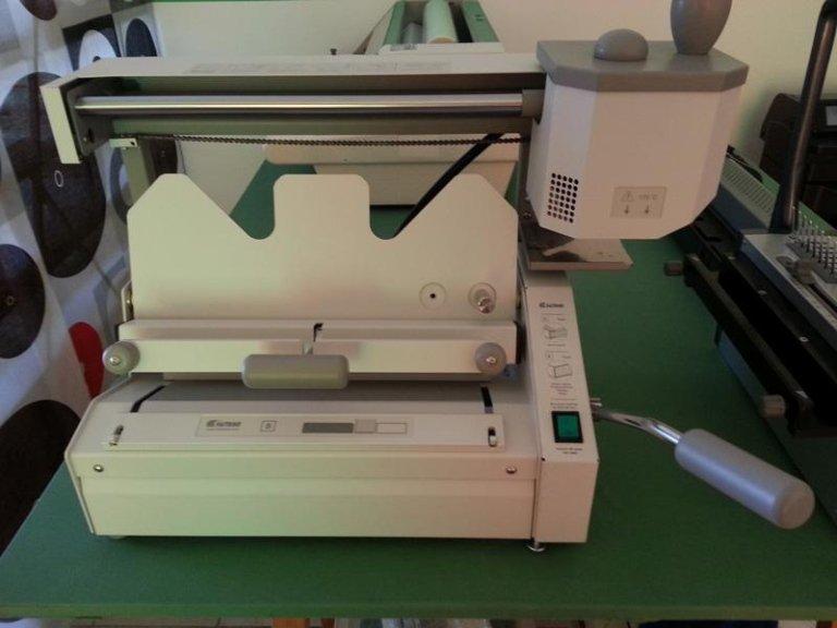 una macchina bianca da stampa