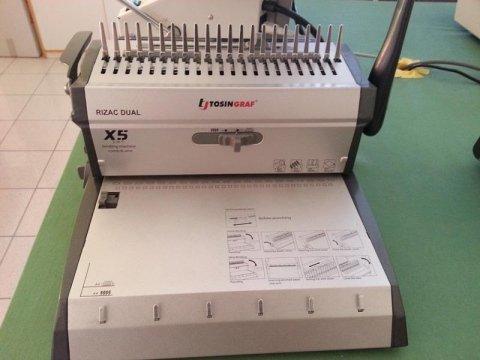 un macchinario da stampa in una copisteria
