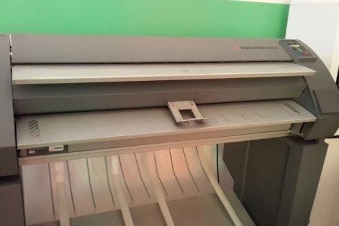 una stampante vista da vicino in una copisteria