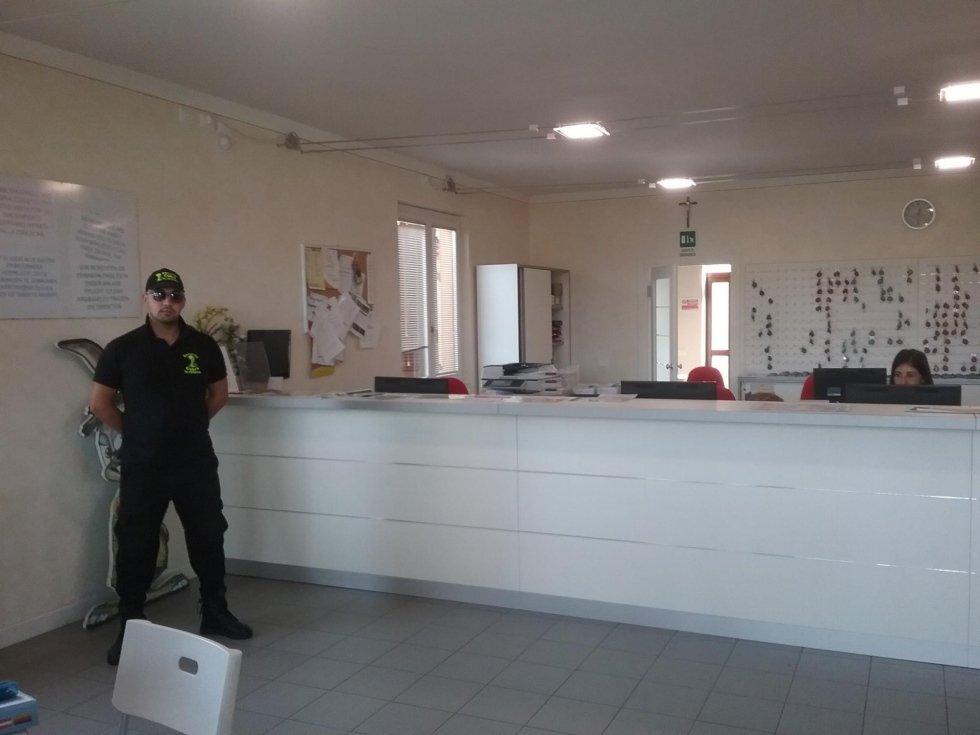 una guardia di sicurezza in un ufficio