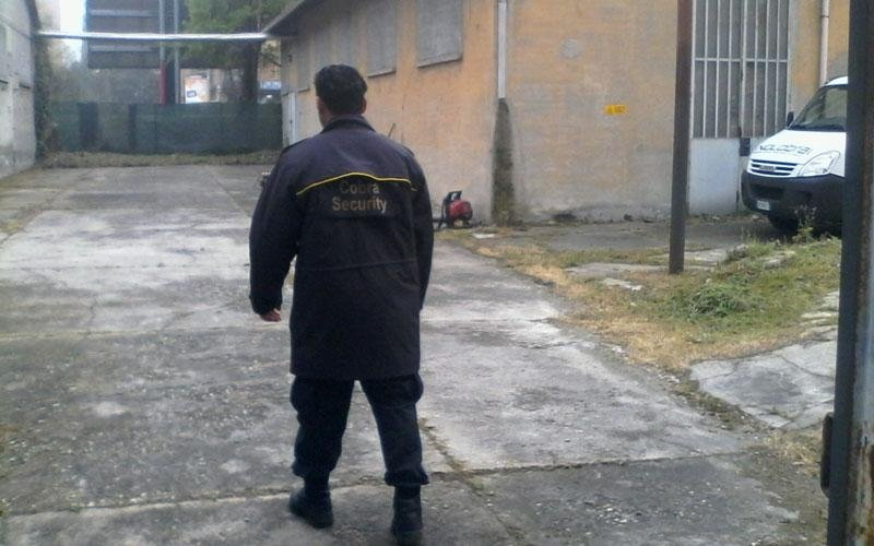 una guardia di sicurezza di Cobra Security mentre cammina