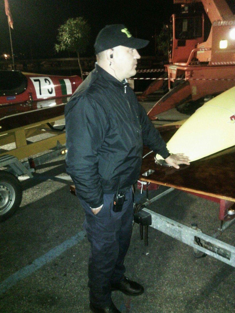 una guardia di sicurezza con un cappellino con la visiera