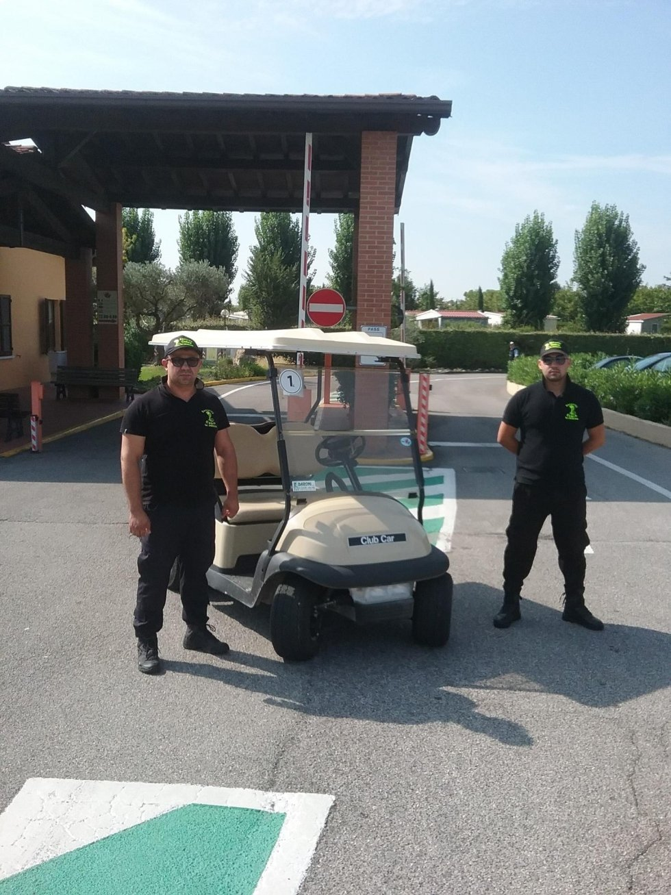 due guardie di sicurezza vicino a un caddy