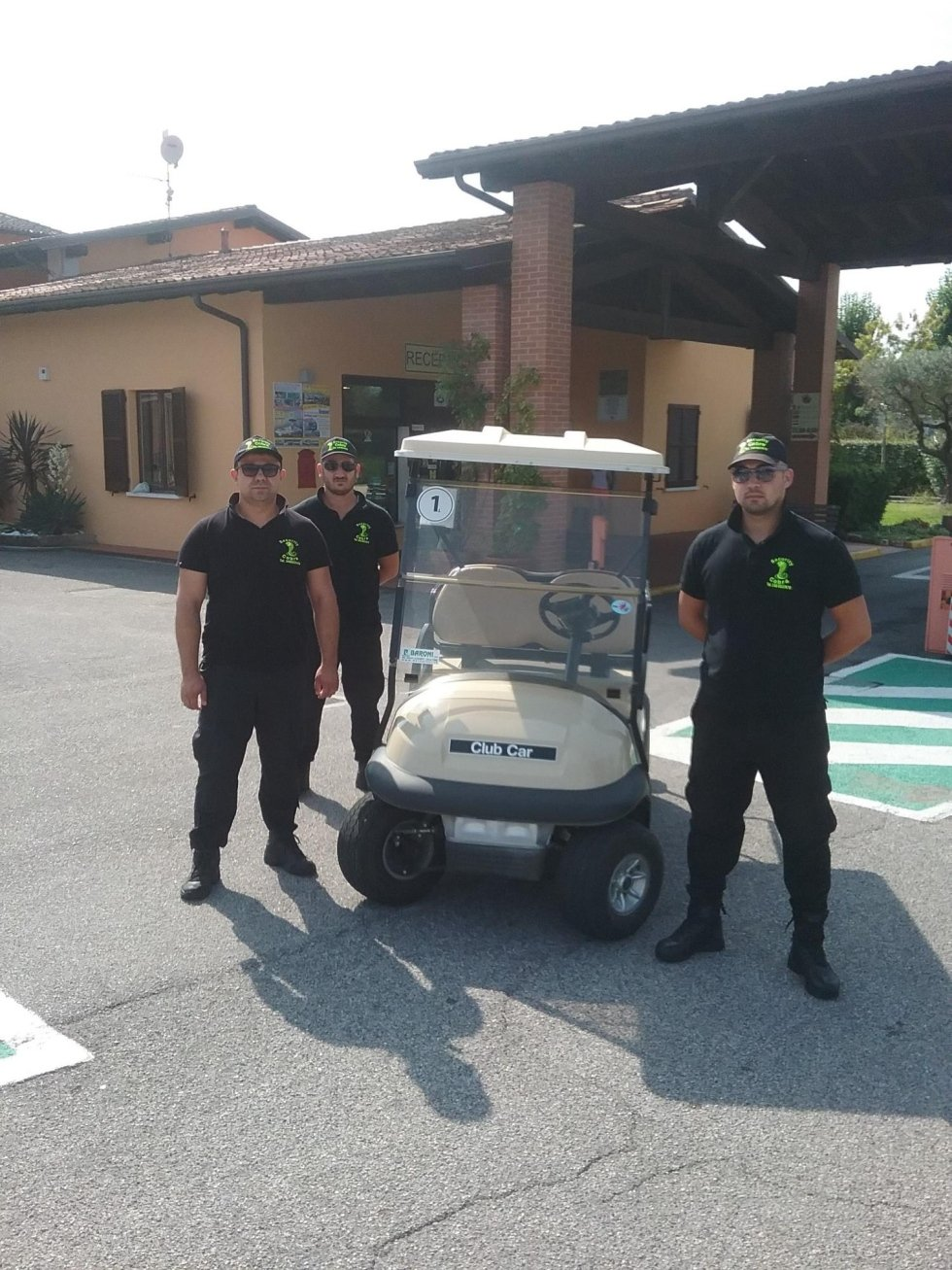 tre guardie di sicurezza vicino a un caddy