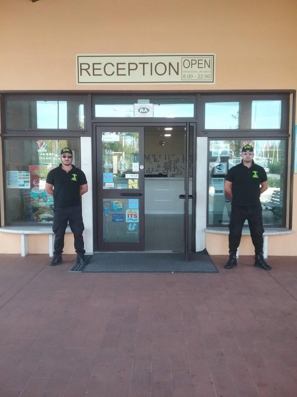 due guardie di sicurezza fuori da un edificio