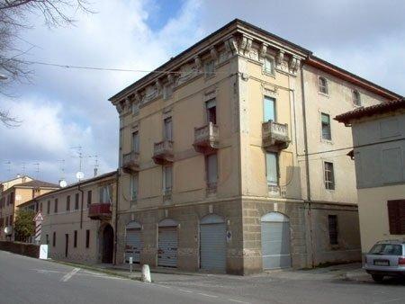 Edificio residenziale di tre impianti prima di essere dipinto