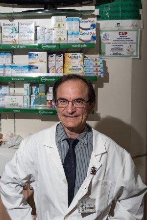 un uomo con un camice bianco in una farmacia