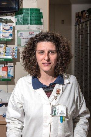 una donna con un camice bianco in una farmacia