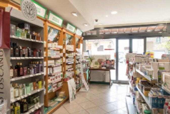 interno di una farmacia con vista degli scaffali con i prodotti