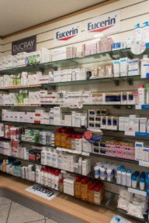 delle mensole con dei prodotti della marca Eucerin e Ducray