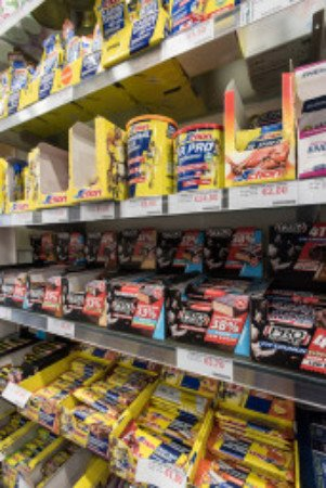 delle mensole con delle barrette in una farmacia