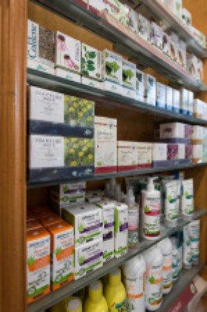 delle mensole con dei prodotti in una farmacia