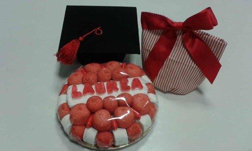 un pacco di diverse dolce e sacchetti con bomboniere