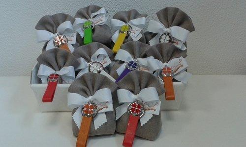 sacchetti per confetti matrimonio con tag colorate