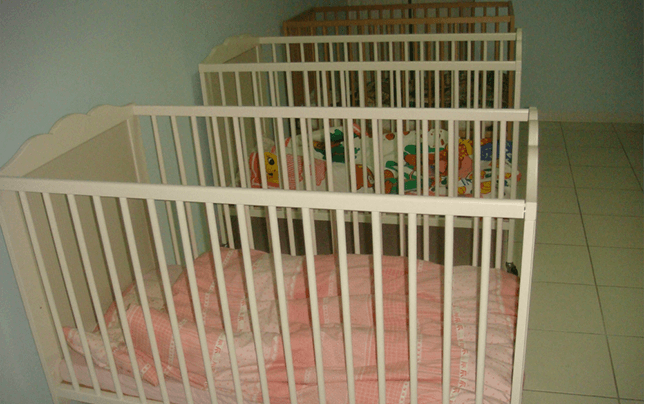 Sala riposo con lettini per i bimbi più piccolini