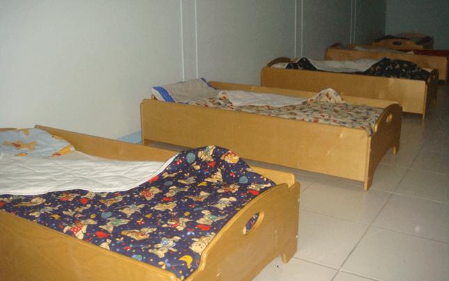 Sala riposo con lettini per i bimbi più grandi
