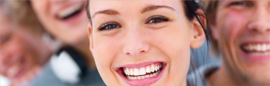 Una ragazza sorridente