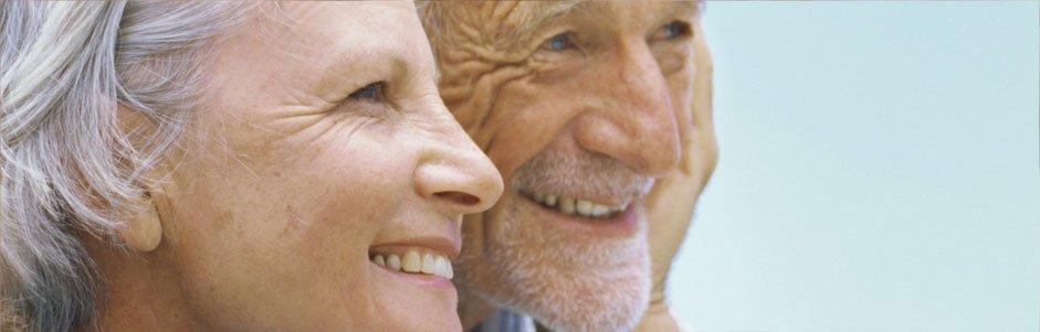 Due anziani sorridenti