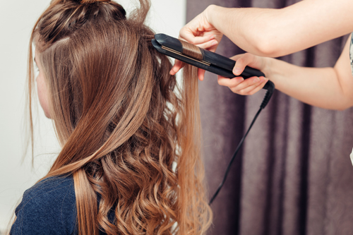 acconciature con la piastra per capelli