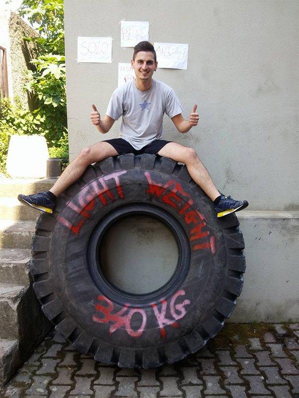 L'uomo seduto su una gomma auto di 340 chilogrammi a Roma