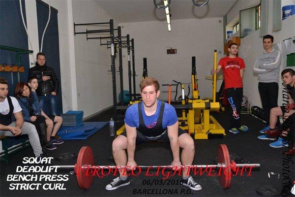 Ragazzo giovane sollevando pesi alla Palestra Lightweight a Roma