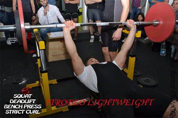 L'uomo sollevando pesi alla Palestra Lightweight a Roma