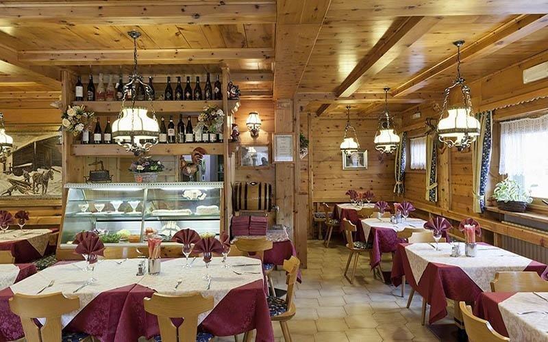 ristorante con pareti in legno e tavoli apparecchiati