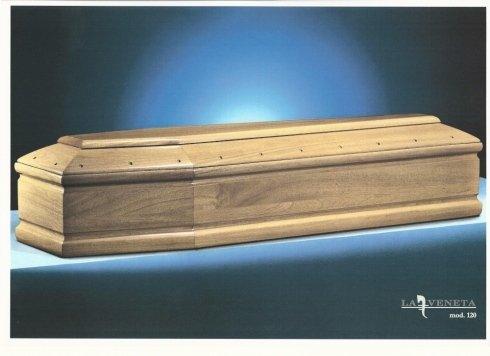 bara di legno con ornamento di chiodi