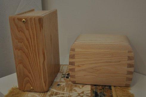 due urne di legno