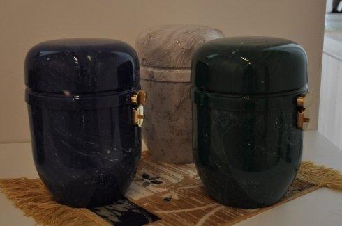 Due urne di marmo nero di vari colori