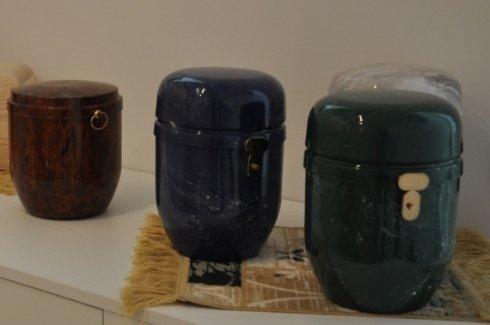 Tre urne di marmo di vari colori