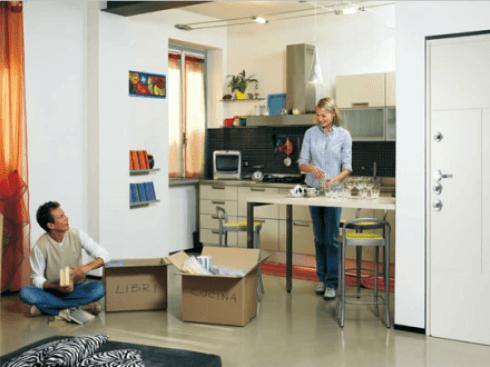 vista interna di una casa con due persone  e arredamenti di casa