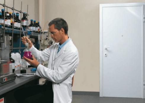 operaio mentre lavora in un laboratorio con vista di una porta bianca in legno