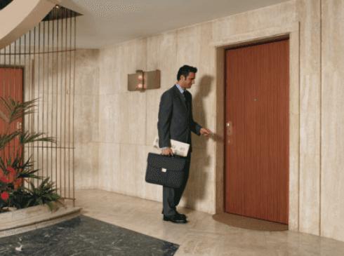 porta blindata in legno con una persona