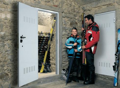 porte blindate bianche e parete in pietra con clienti