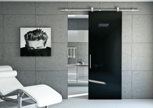 ambiente moderno di una stanza con poltrona bianca e parete grigia