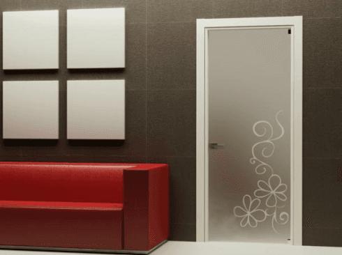porta in vetro decorata con divano rosso