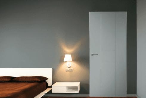 vista interna di una camera da letto con lampadina e porta interna