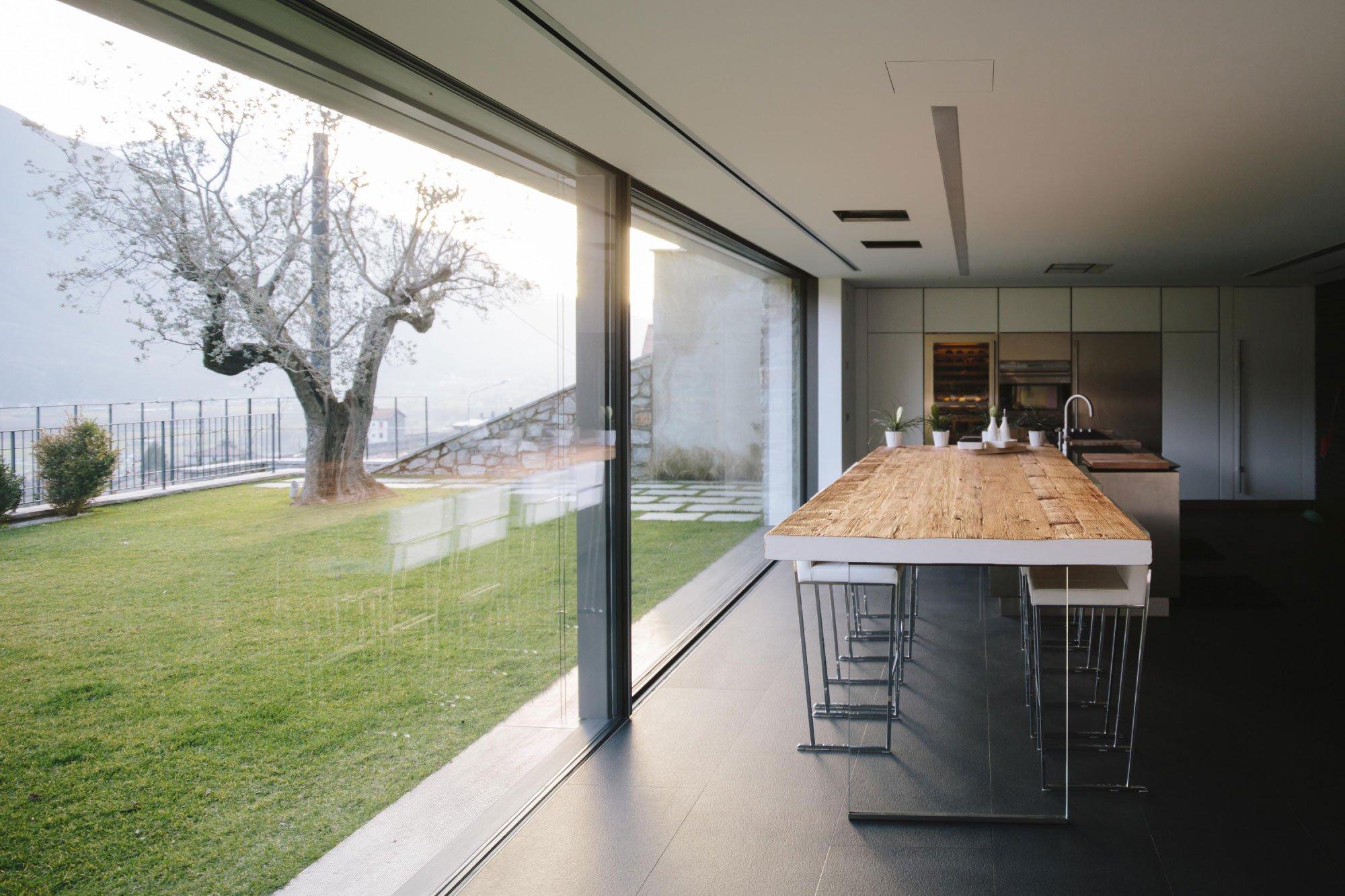cucina moderna con vetrate e giardino