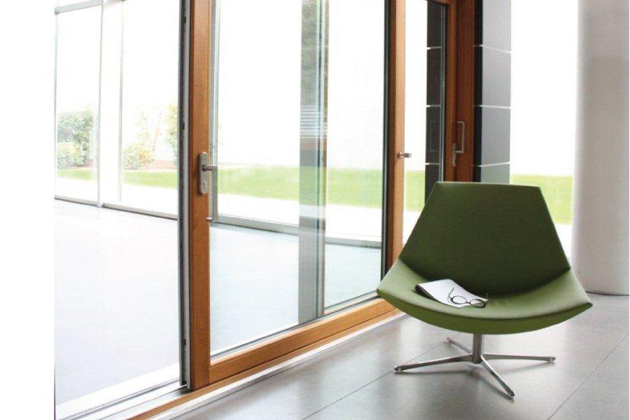 porta scorrevole esterna con una sedia verde