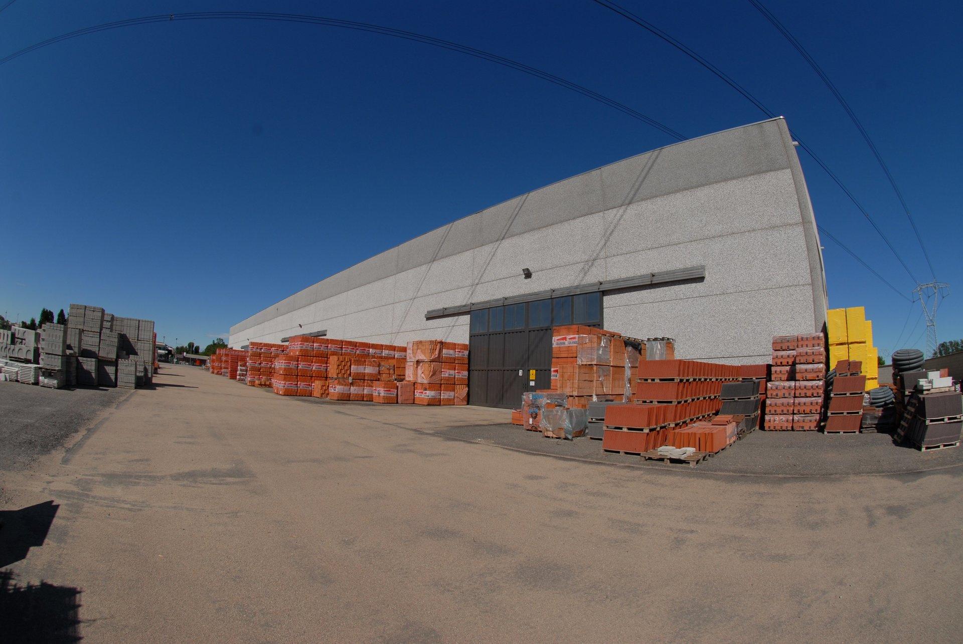 Materiali edili conservati di fronte a uno stabilimento
