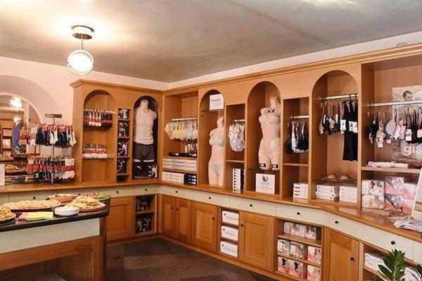 interno di un negozio con dei manichini e della biancheria intima