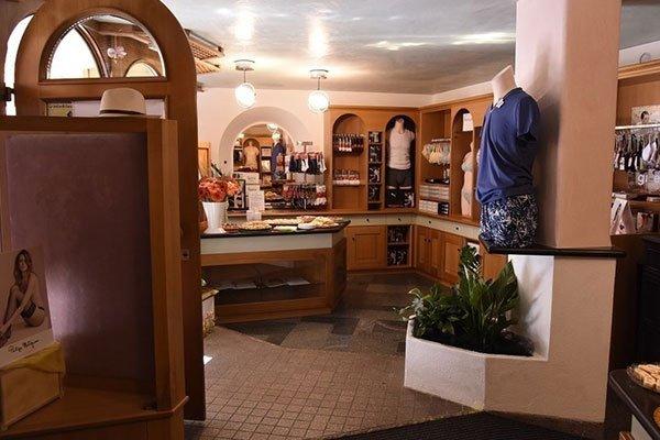un manichino con una maglietta intima e dei pantaloncini di color blu da uomo all'interno del negozio