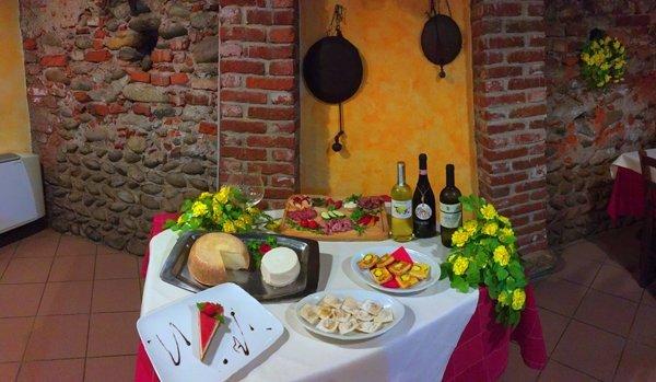 tavolo con buffet di prodotti locali