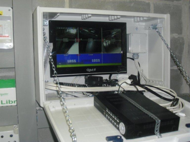 Monitor collegato alle videocamere di sicurezza in tempo reale